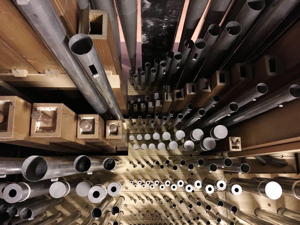 photo des tuyaux de l'orgue disposés avant d'être montés